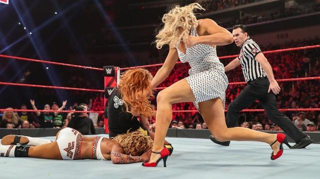 画像: ベッキーが乱入レイシーのウィメンズ・ライト2発で戦闘不能【4・22 WWE】