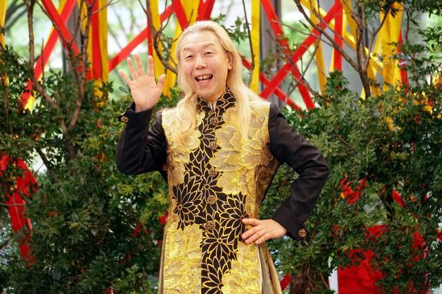 """画像: 假屋崎省吾、7メートルの大作を披露「新天皇の""""お印""""であるアズサを使いお祝いの気持ちを」"""
