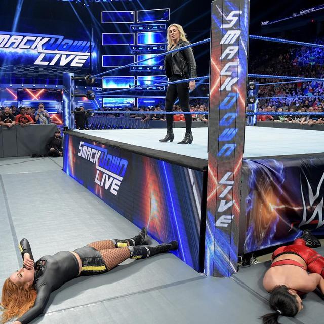 画像: これも2冠王者の宿命か...ベッキー今夜はシャーロットに襲撃される【4・30 WWE】