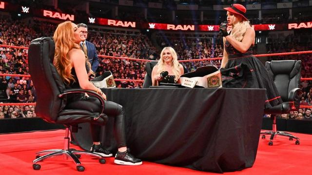 画像: 調印式でシャーロットとレイシーがベッキーをテーブル葬【WWE】