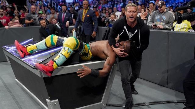 画像: WWE王者キングストンが戦闘不能で担架で退場【5・21 WWE】