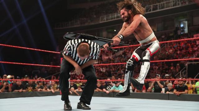 画像: ロリンズがコービンの目の前でゼインを滅多打ち【6・10 WWE】