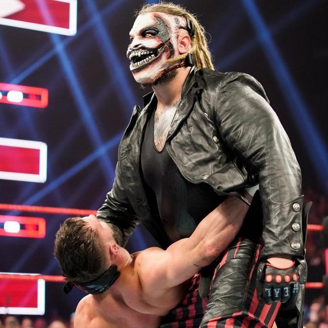 画像: 不気味なマスク姿のブレイ・ワイアットがベイラーを襲撃【7・15 WWE】