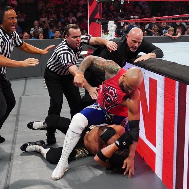 画像: 終わりなき襲撃合戦でリコシェとAJの遺恨が激化【7・15 WWE】