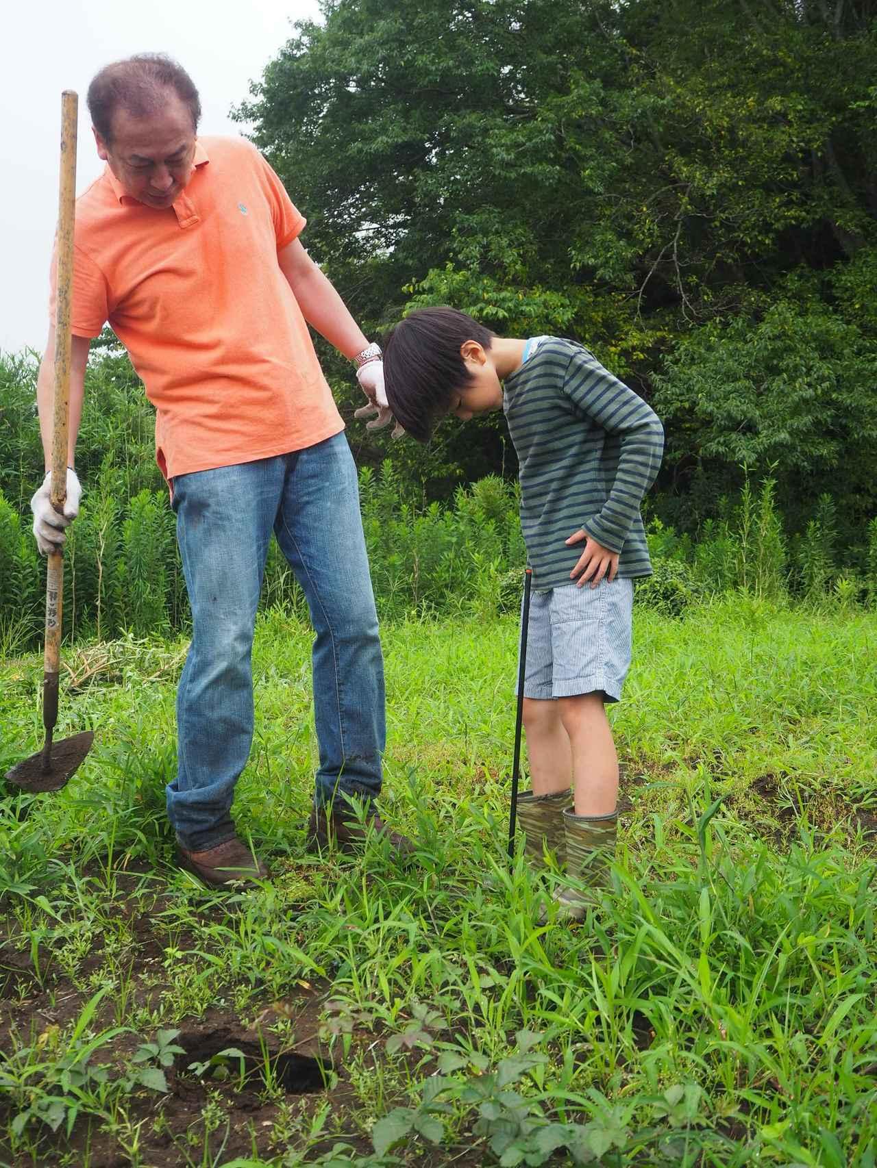 画像: 参加者の小学生の腰の位置を基準に杭の高さを調整