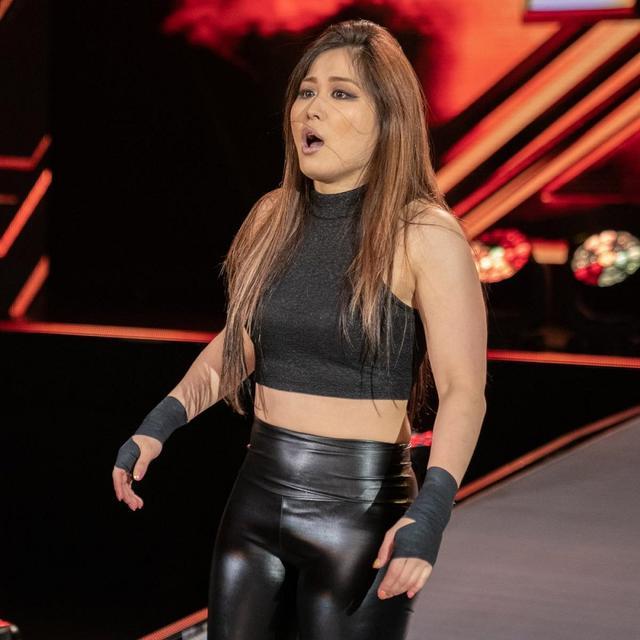 """画像: """"黒い""""イオに旧友キャンディスが報復【WWE NXT】"""