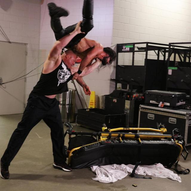 画像: レスナーがロリンズを襲撃。F5計4発で病院送り【7・29 WWE】