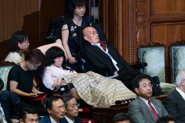 画像: れいわの重度障害2氏初登院【NEWS HEADLINE】