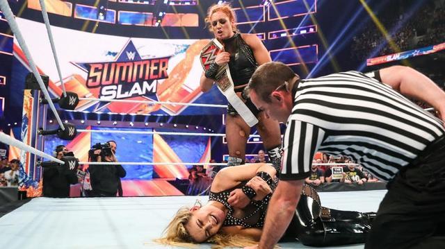画像: ベッキーがサブミッション戦で強敵ナタリアを撃破【8・11 WWE】