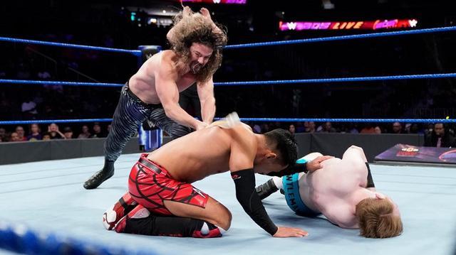 画像: 盟友ケンドリックがまさかの竹刀攻撃で戸澤と決別【9・17 WWE】