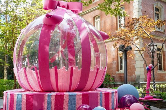画像: 丸の内の庭園がピンクのニットとバルーンデコに包まれる!/10月2日(火)の東京イベント