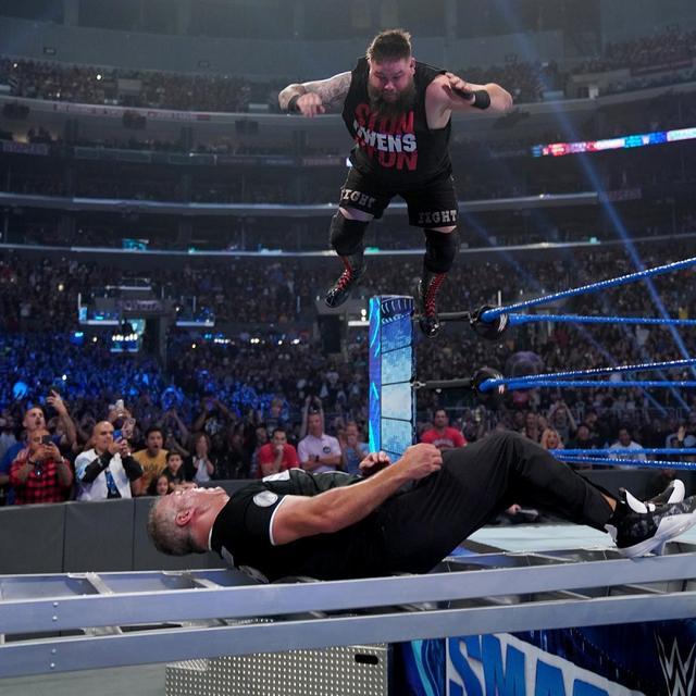 画像: オーエンズが権力者シェインに勝利して「お前は解雇だ」【10・4 WWE】