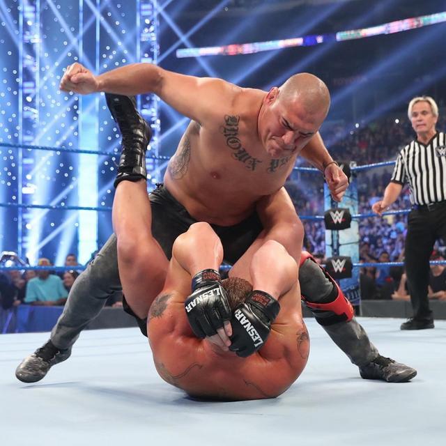 画像: 新WWE王者レスナーと元UFCヘビー級王者ヴェラスケスが乱闘【10・4 WWE】