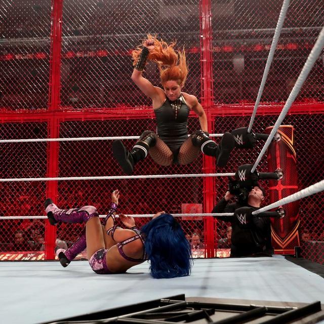 画像: ベッキー・リンチがセル戦でサーシャを下し王座防衛【10・6 WWE】