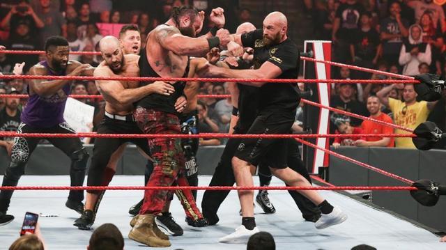 画像: ボクシング・ヘビー級王者タイソン・フューリーがストローマンと大乱闘【10・7 WWE】
