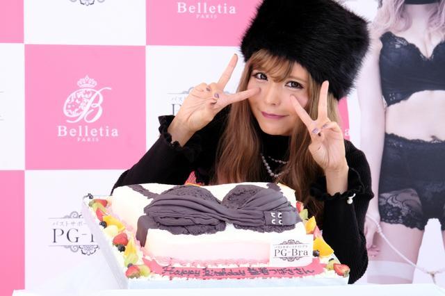 画像: 益若つばさ、おっぱいケーキで早めのバースデー! 渋谷の真ん中で久しぶりのギャル姿