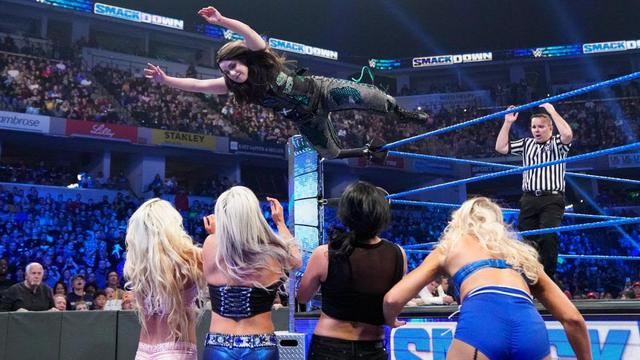 画像: ニッキー・クロスが王者ベイリーの前で挑戦権獲得【10・18 WWE】