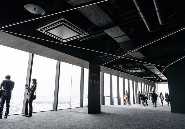 画像: 屋内展望回廊「SKY GALLERY」にはカフェ&バーやスーベニアショップも