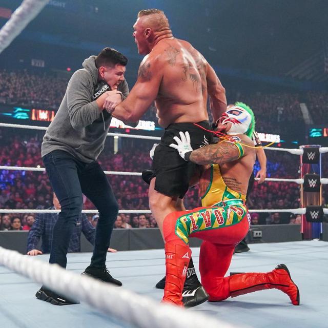 画像: レスナーがミステリオ親子のWローブローに悶絶も王座防衛【11・24 WWE】