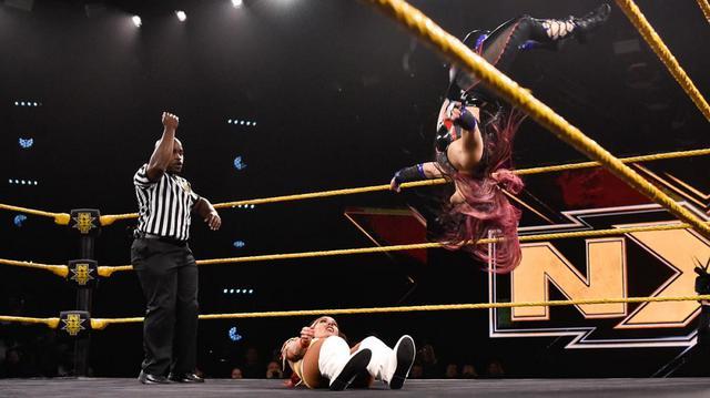 画像: 紫雷イオがサンタナをムーンサルト葬【WWE NXT】