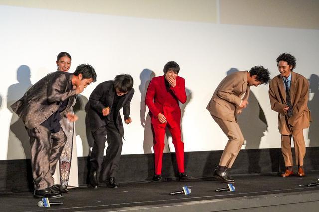 画像: 新田真剣佑、舞台挨拶で30秒小走りチャレンジに「無理無理...面白すぎ!」