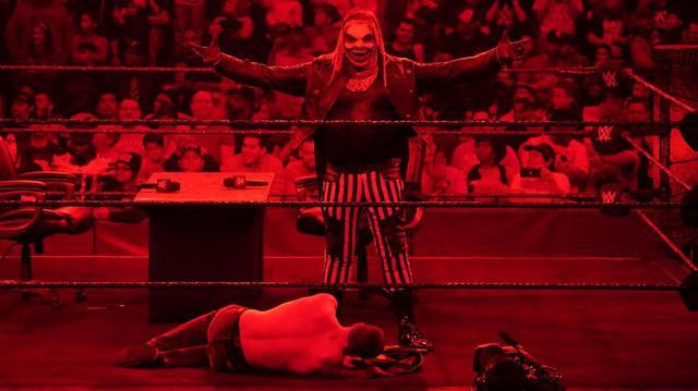"""画像: """"ザ・フィーンド""""ワイアットが調印式で血判サイン【1・24 WWE】"""