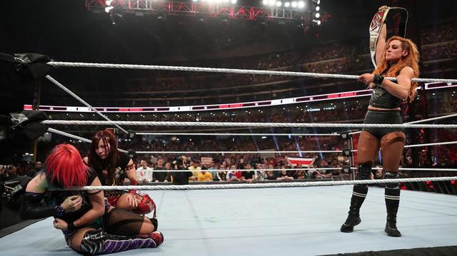 画像: アスカがベッキーを追い込むも最後は屈辱のタップ負け【1・26 WWE】