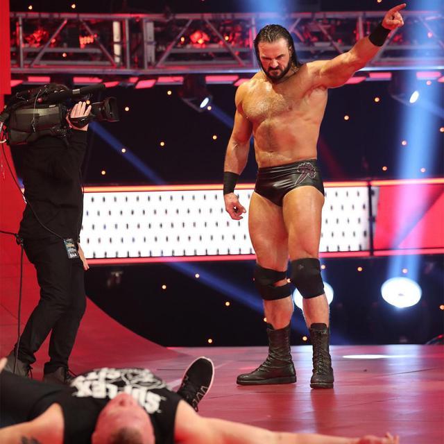 画像: マッキンタイアがクレイモア3発で王者レスナーをKO【3・2 WWE】