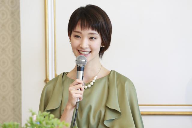 画像: 剛力彩芽、破局後初の記者会見。大好きな洋服は「ネット通販でなく、お店で」