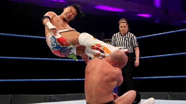 画像: KUSHIDAがホバーボードロックでバーチにタップ勝ち【WWE 205 Live】
