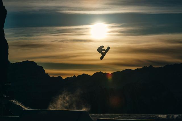 画像: スノーボード ビッグエア・朝焼け【アフロスポーツ プロの瞬撮】