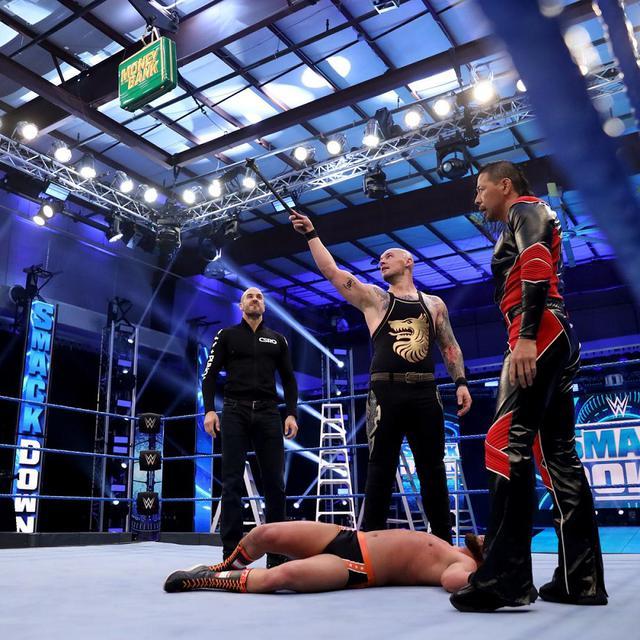 画像: 中邑&セザーロがブライアン&グラックを襲撃して遺恨激化【WWE】