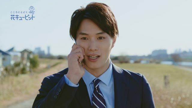 画像: 鈴木伸之が花で気持ちを届ける新CM