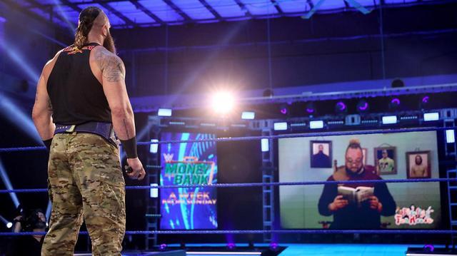 """画像: ワイアットが""""黒羊物語""""を読み聞かせてストローマンを挑発【WWE】"""