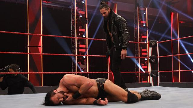 画像: ロリンズが王座戦を前にマッキンタイアを奇襲【WWE】
