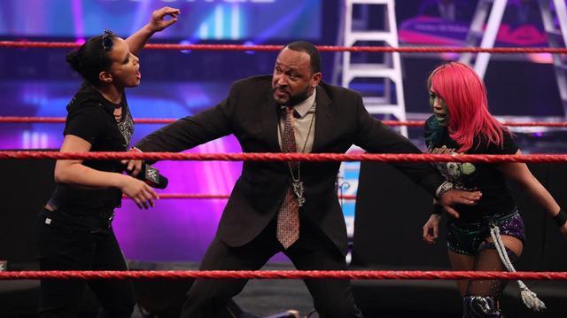 画像: アスカとシェイナがMITBラダー戦を前に一触即発【WWE】
