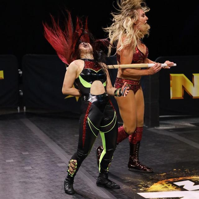 画像: 王者シャーロットが暴走。反則裁定で紫雷イオ悲願の王座奪取ならず【WWE NXT】