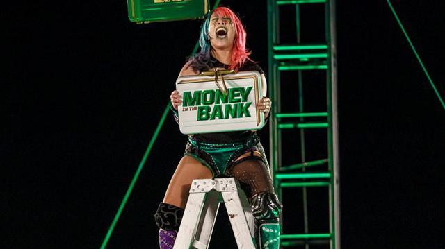 画像: アスカがMs. MITBの快挙!ブリーフケースを奪取して女子MITBラダー戦を制す【WWE】