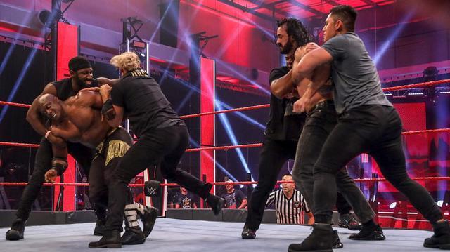 画像: 王者マッキンタイアがラシュリーを襲撃して大乱闘【WWE】