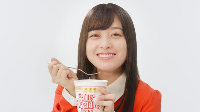 画像: 橋本環奈「すっごいおいしい!」発売50周年控えるカップヌードル新CM
