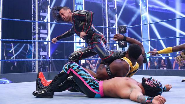 画像: 不満爆発の中邑真輔&セザーロが王者ニュー・デイを急襲【WWE】