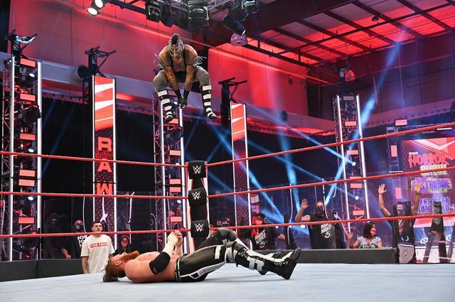 画像: ミステリオがロリンズと遺恨決着戦「お前の目玉を素手でくり抜いてやる」【WWE】