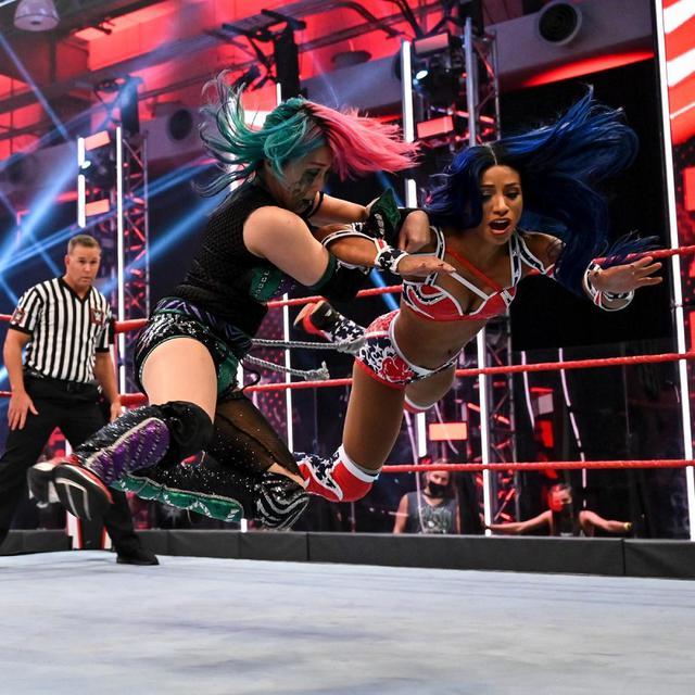 画像: アスカがカイリ救出によるリングアウトで王座奪還ならず【WWE】