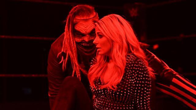 """画像: """"ザ・フィーンド""""ワイアットがアレクサ・ブリスをマンディブル・クローで襲撃【WWE】"""