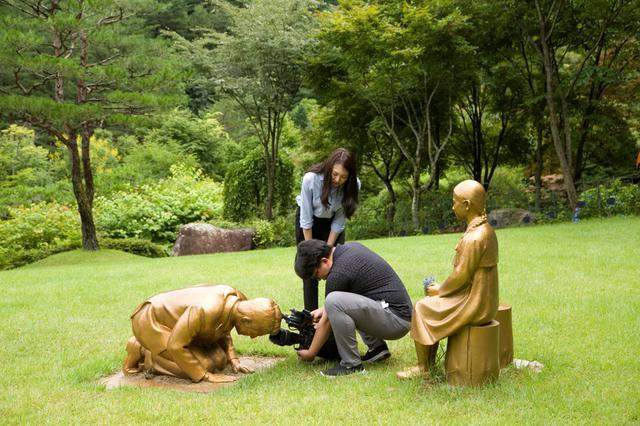 画像: 慰安婦像に土下座しているのは誰?