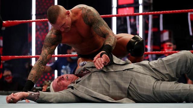 """画像: """"レジェンドキラー""""オートンが71歳のフレアーをローブロー&パントキックでKO【WWE】"""