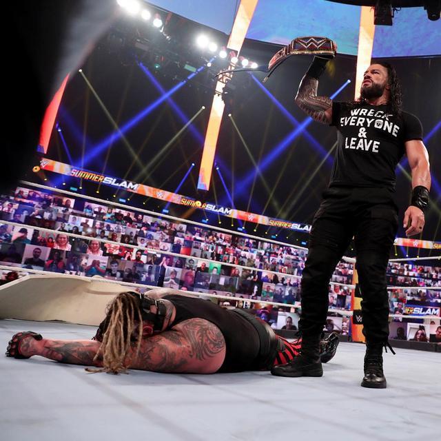 画像: 電撃復帰のレインズが王座奪還したザ・フィーンドとストローマンを襲撃【WWE】