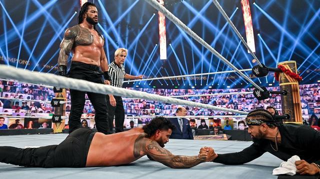 画像: レインズがタオル投入によりジェイとの従兄弟対決を制して王座防衛【WWE】