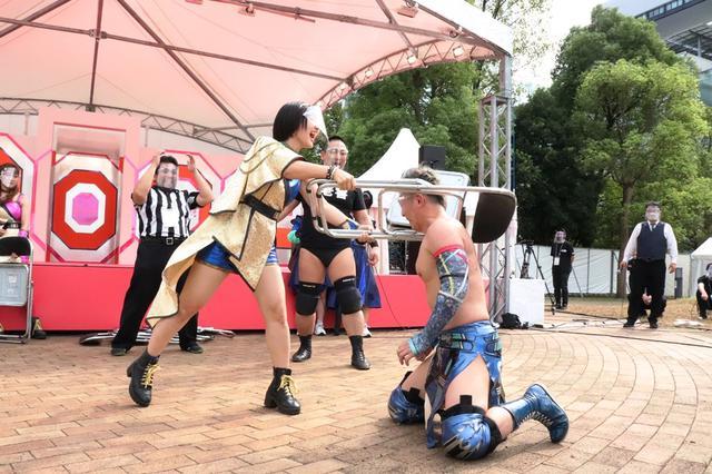 画像: 日本最大のアイドルフェス「TIF」でDDTが路上プロレス。アイドルがイスでレスラーを殴打!