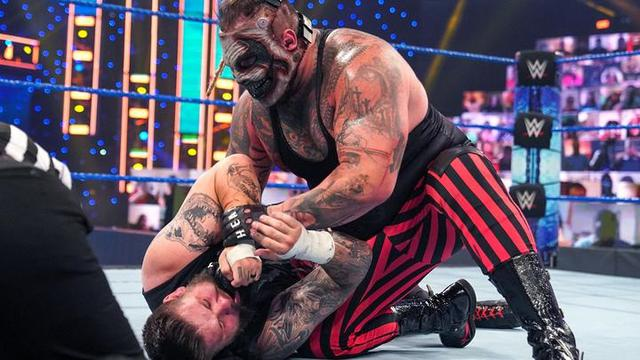 画像: 不死身のザ・フィーンドがオーエンズをマンディブル・クロー葬【WWE】